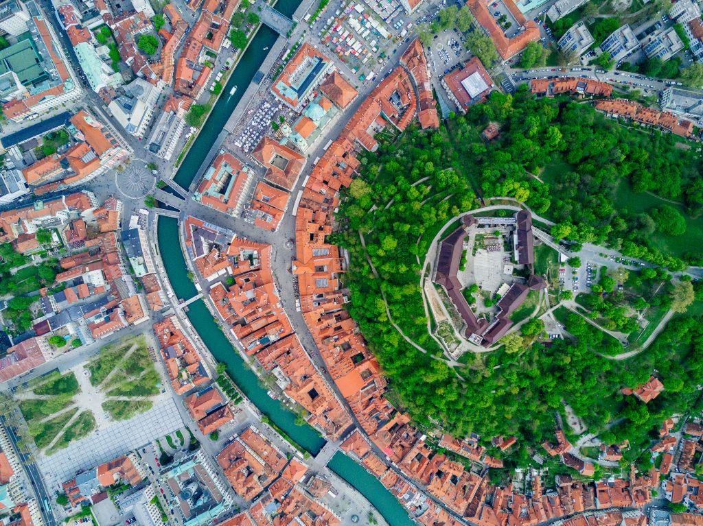 Die Alstadt und die der Burghügel von oben.