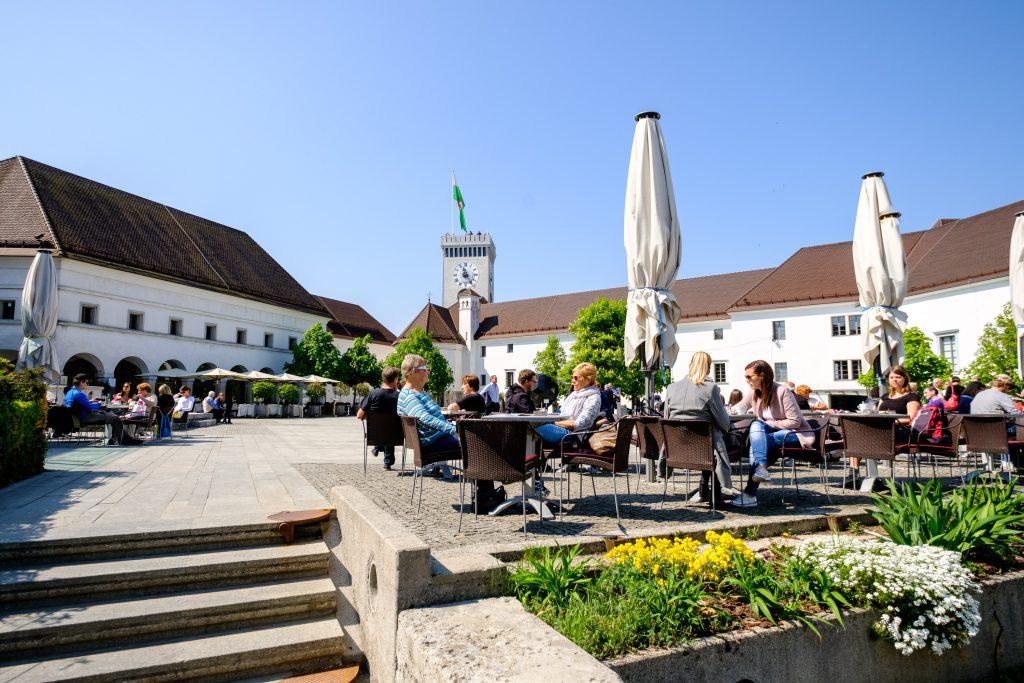 Der Hauptplatz im Innenhof der Burg