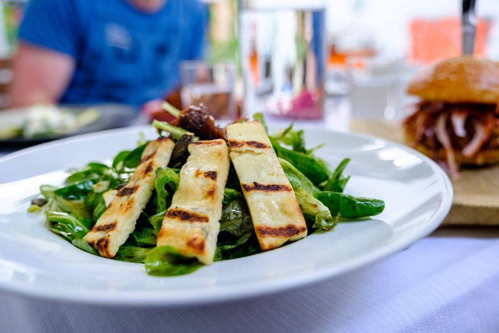 Salat mit gegrilltem Käse