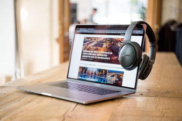 """Ein 15"""" MacBook Pro mit dem Bose QC 35"""