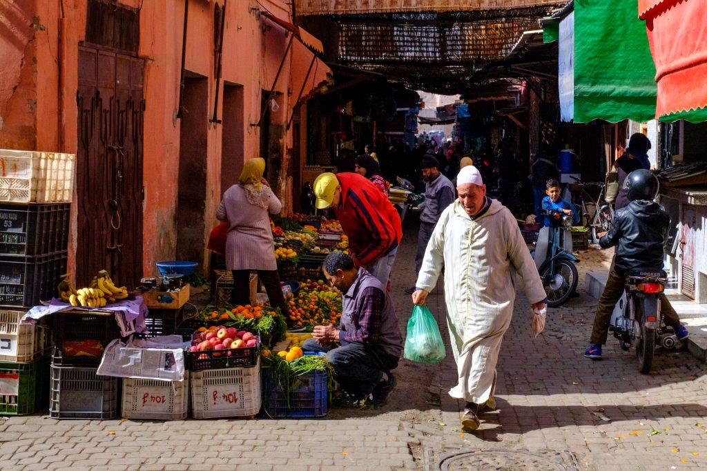 Frische Früchte und Gemüse auf dem Markt für die einheimischen