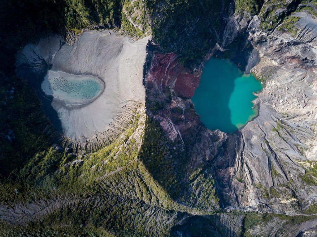 In der Morgensonne leuchten die beiden Krater des Vulkans Irazú