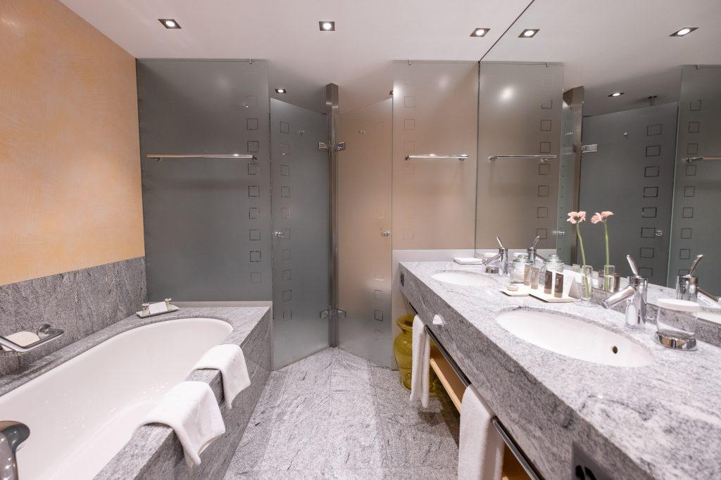 Eines der Badezimmer. Geräumig und jeweils mit Dusche / WC